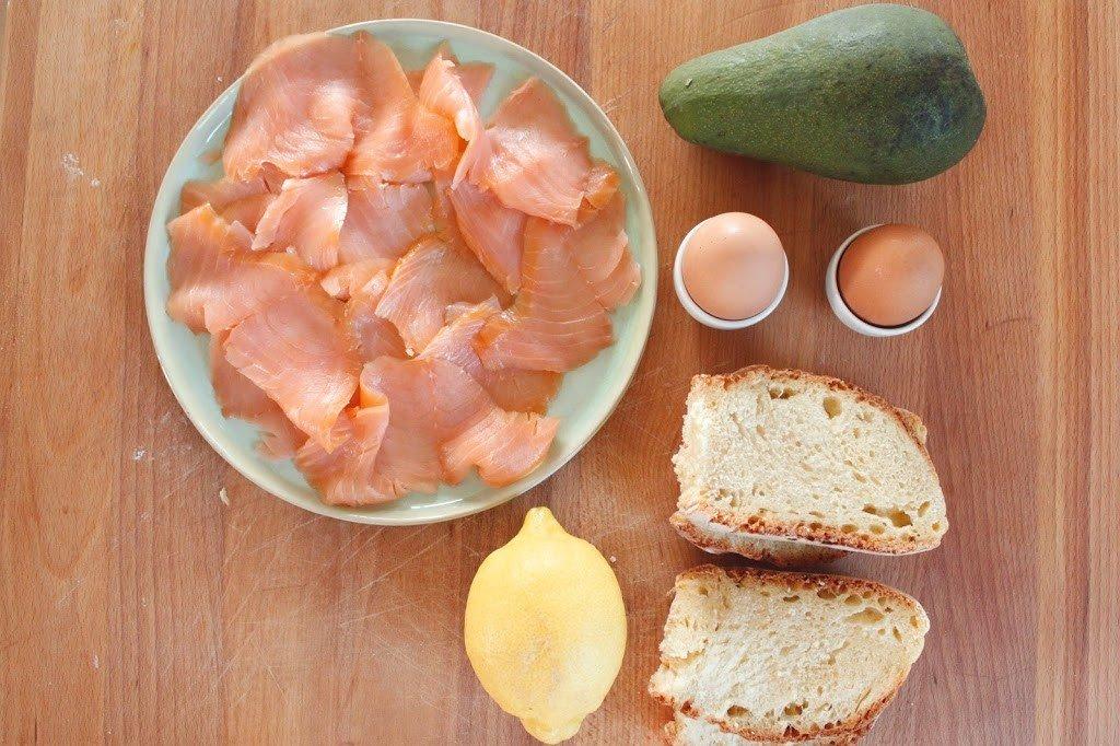 avocado salmone uovo